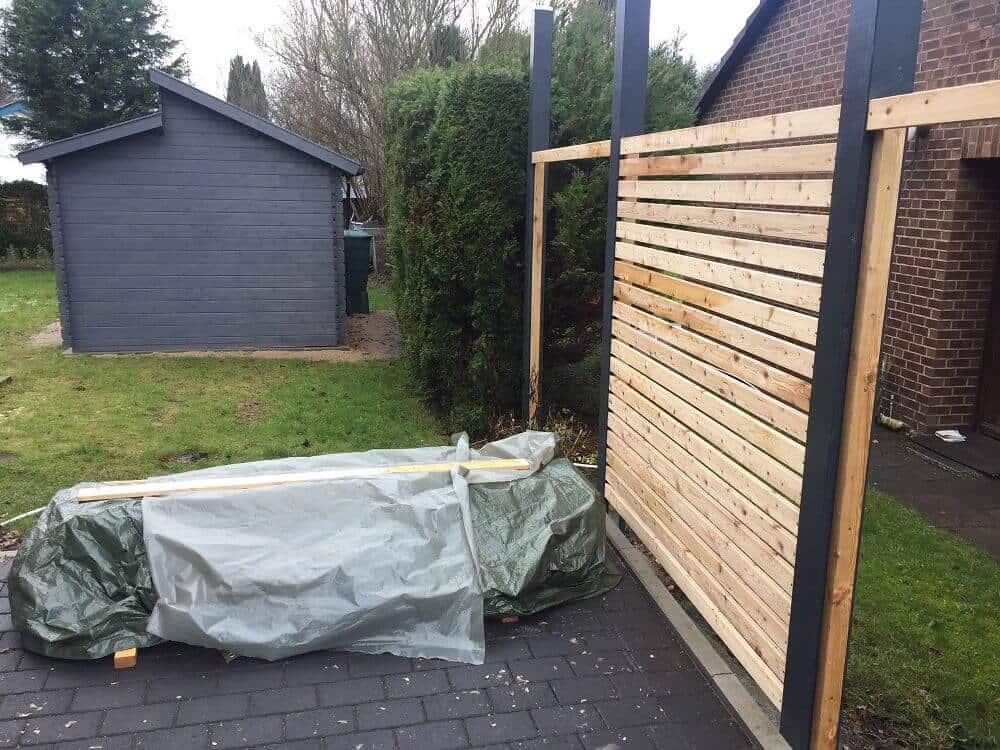 Das erste Gartenzaunelement ist fertiggestellt