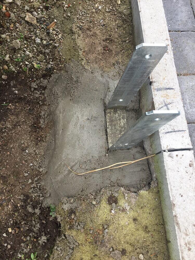 Die H-Anker sind einbetoniert für die Pfosten vom Gartenzaun