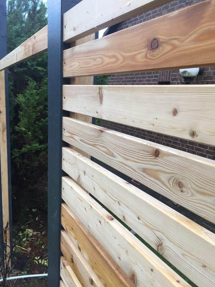 Die Zwischenlattung vom Gartenzaun wird fertiggestellt