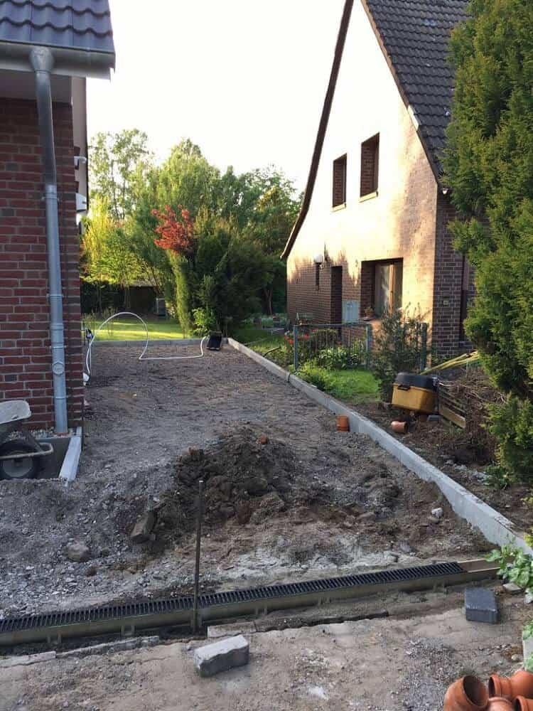 Die alte Hecke ist weg und macht Platz für den Gartenzaun