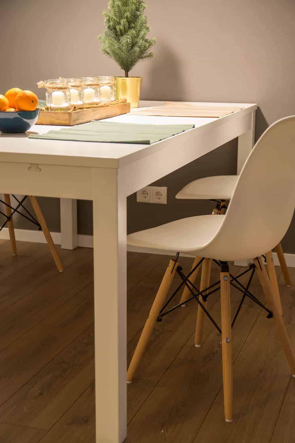 Esszimmerstühle mit Holzbeinen passen ideal in das Wohnzimmer
