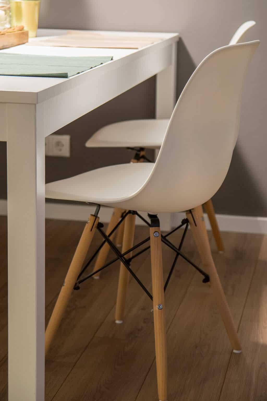 Esszimmerstühle mit Holzbeinen und Plastikschale