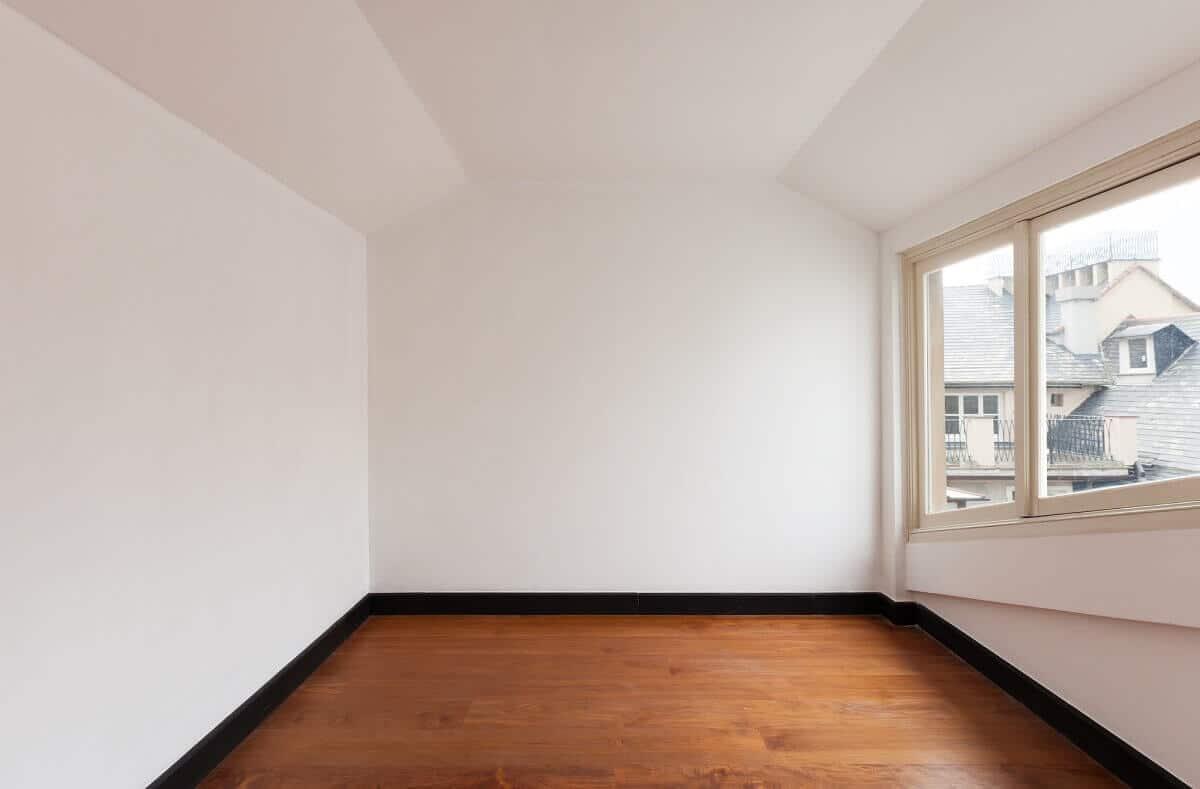 Durch ein Mansarddach erhält man im Inneren des Hauses fast vollgeschossige Stockwerke