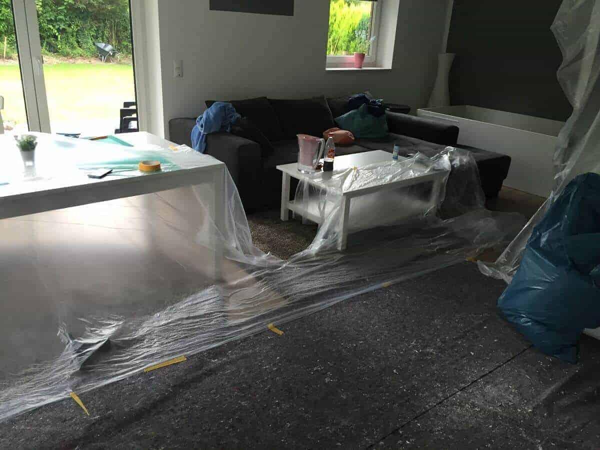 Wenn Du die Decke streichen möchtest, solltest Du Malervlies für den Boden verwenden, um diesen zu schützen