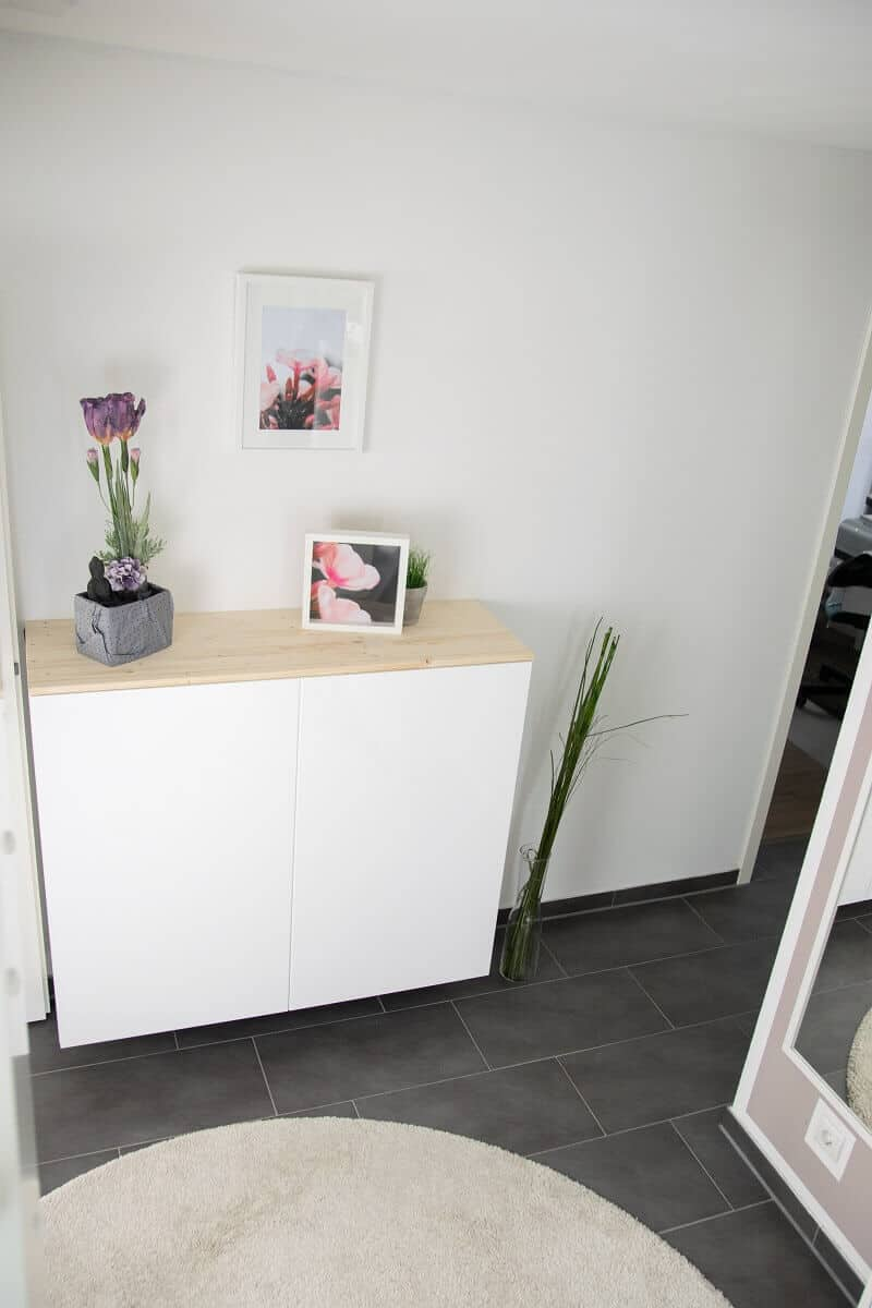 Die Küchenschränke von IKEA eignen sich ideal als Sideboard und spendieren uns viel Stauraum im Flur