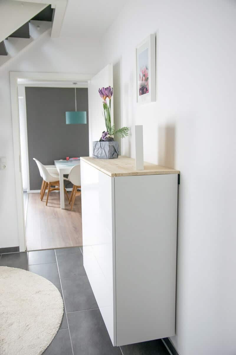 Die METOD Küchenschränke können dank der Schiene auf jede beliebige Höhe gebracht werden, so dass man darunter noch saugen kann