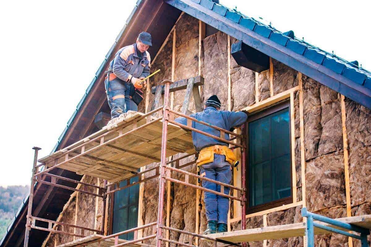 Alte Häuser sind häufig schlecht isoliert - Eine neue Wärmedämmung kann helfen, Heizkosten einzusparen