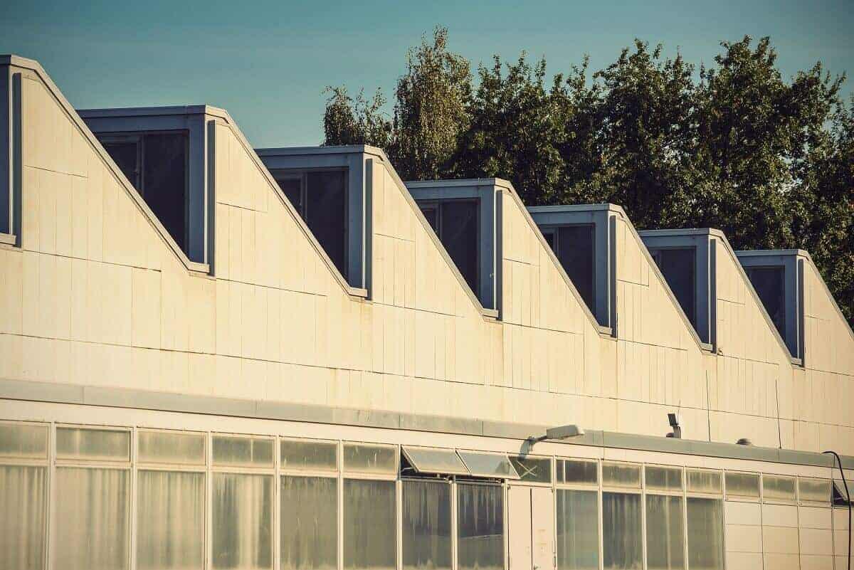 Das Scheddach - auch Sägezahndach genannt - ist vor allem bei Fabriken und kleinen Gebäuden häufig zu finden