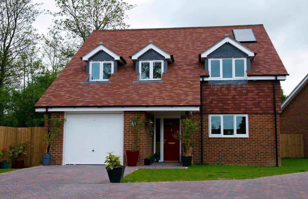 Das Schleppdach eignet sich ideal, um Anbauten wie Garagen, Carports oder Terrassenüberdachungen in das Gesamtbild zu integrieren