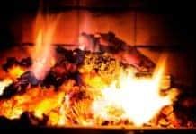 Ein Kamin sorgt nicht nur für Wärme, sondern auch für ein tolles Ambiente am Abend auf der Couch