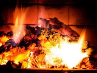 ein kamin sorgt nicht nur für wärme sondern auch für ein tolles ambiente am abend auf der couch
