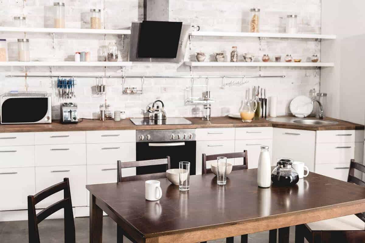 Dank verschiedener Oberflächen, Möbeln und Deko kann jede Küche individuell an die eigenen Bedürfnisse angepasst werden