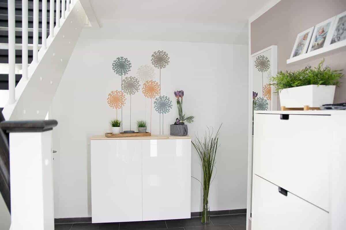 Wandsticker sind eine sehr einfache Möglichkeit, für Farbtupfer zu sorgen - So haben wir es in unserem Hausflur gemacht