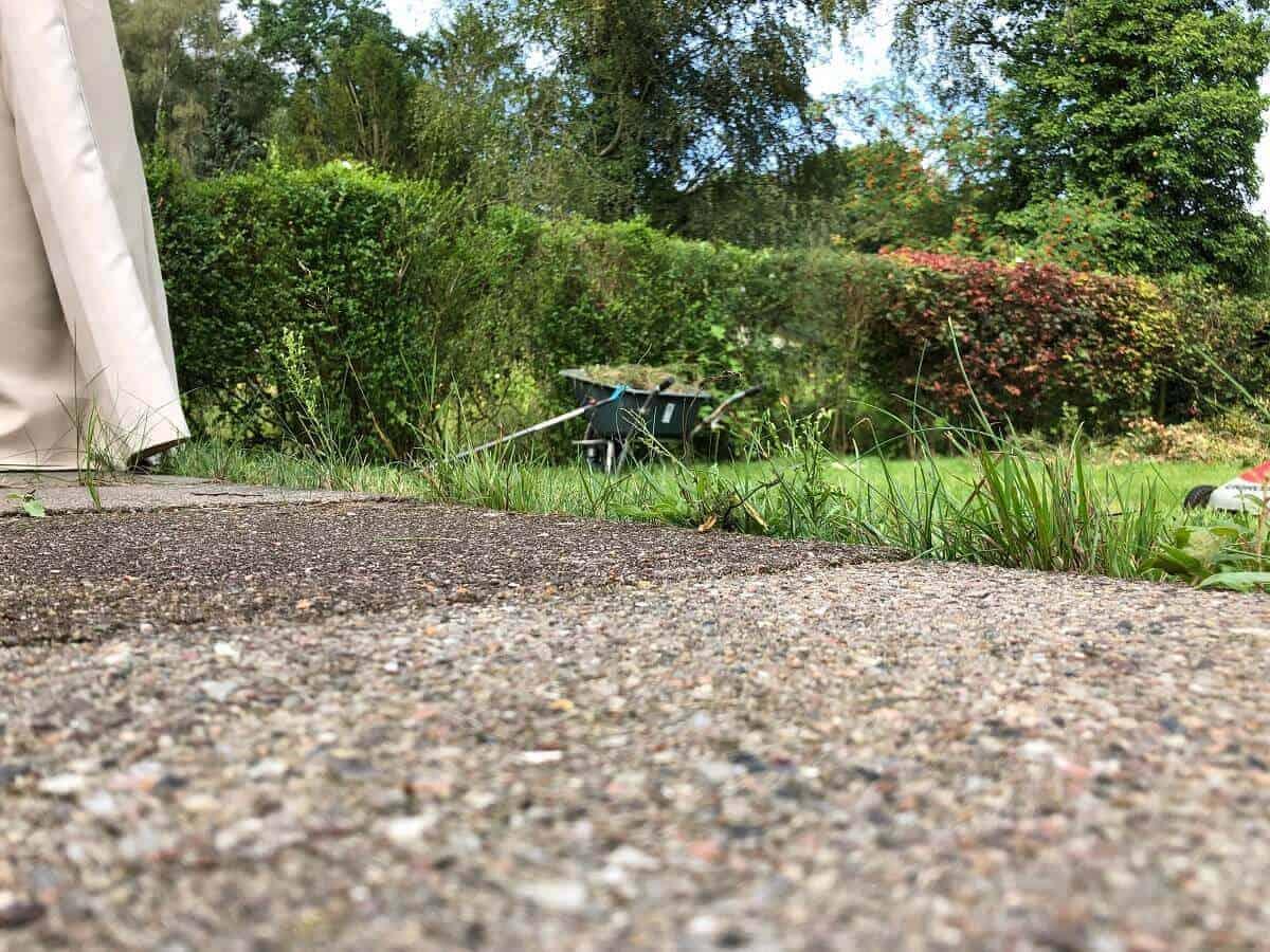 An der Terrasse entlang stehen die Grashalme, die wir mit einem normalen Rasenmäher nicht erreichen - Deshalb wurde es nun Zeit für eine Rasenkante