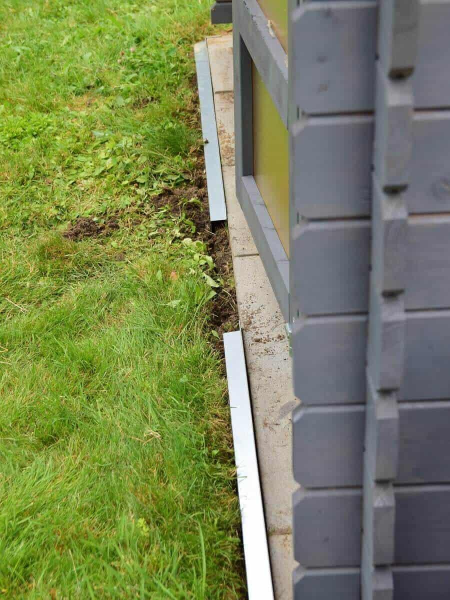 Das Verlegen der Rasenkanten ist enorm einfach, die einzelnen Elemente werden einfach in den Spatenausstich gesteckt