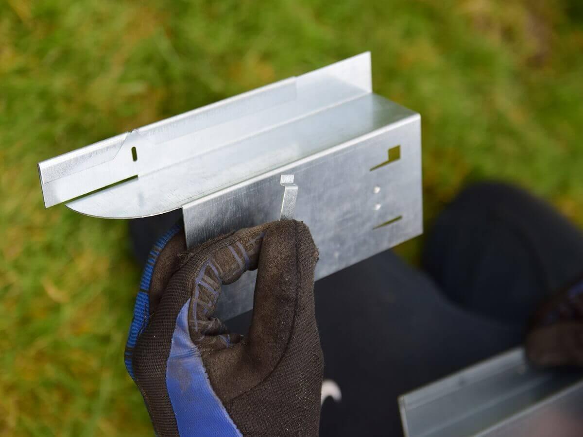 Die Ecke der Rasenkante wird über ein kleines Verbindungsstück realisiert