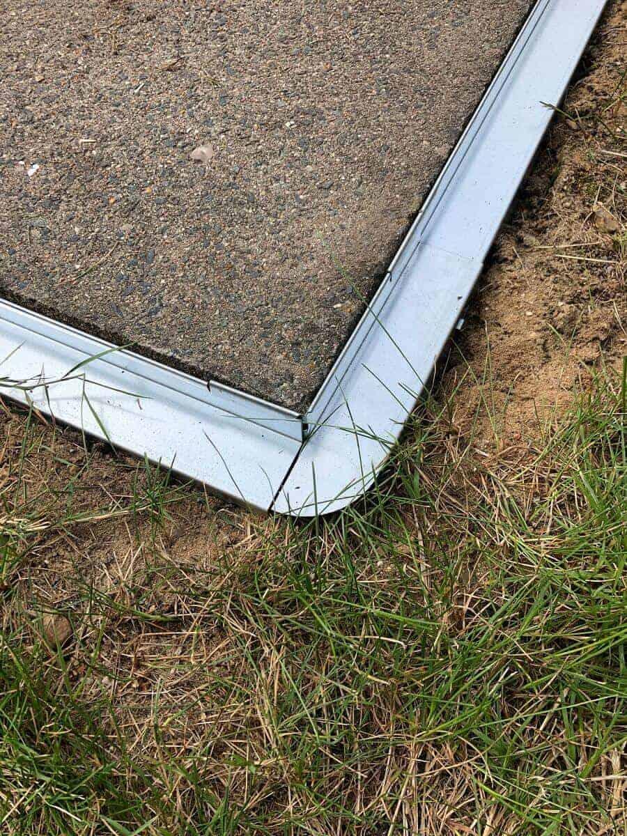 Die Ecke unserer Rasenkante aus Metall ist super einfach gelegt und sieht top aus