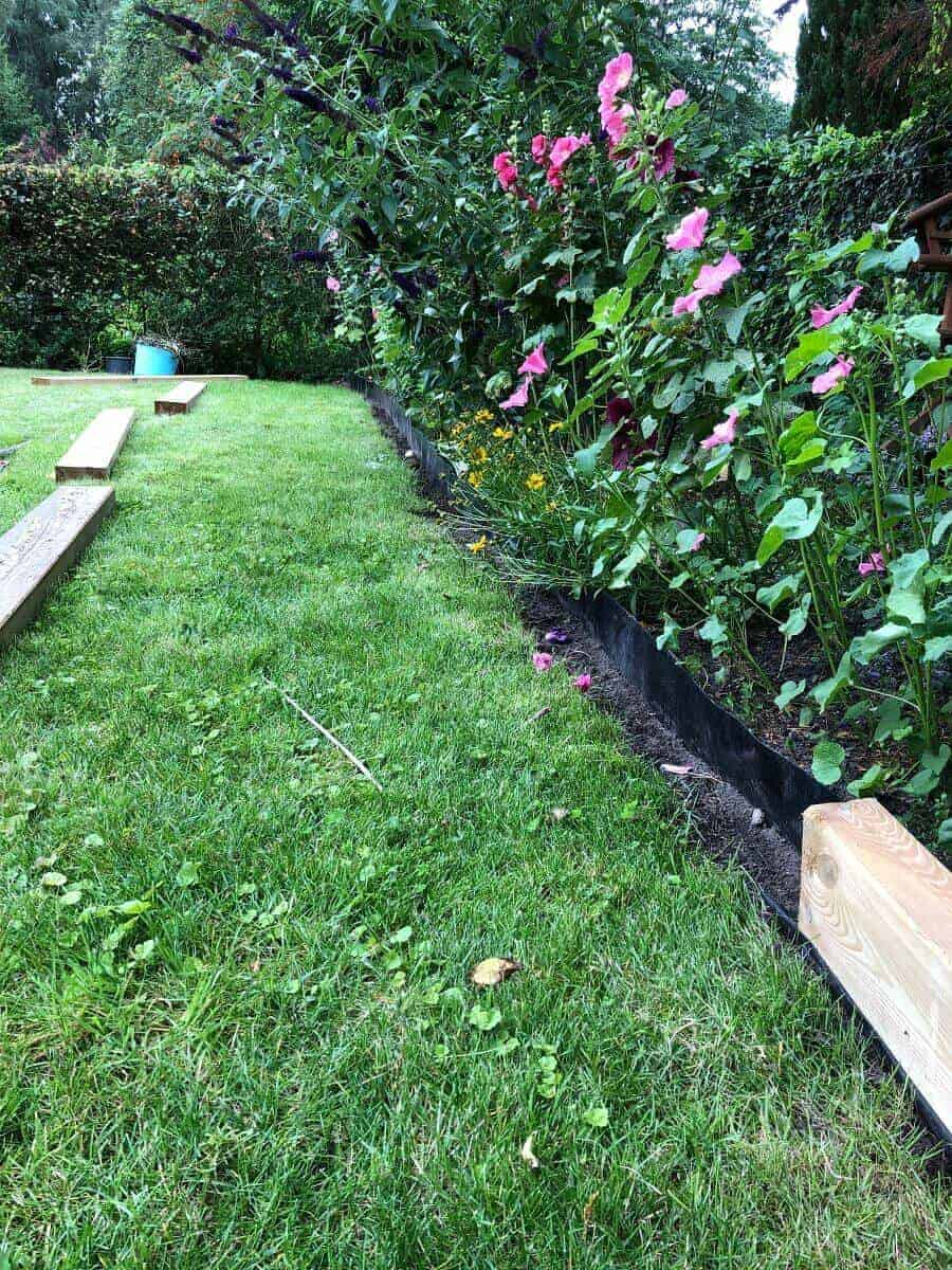 Die Gartenschwellen haben wir ganz einfach aneinander geschraubt, um daraus unsere Beeteinfassung zu bauen - Endlich sehen wir die Wurzelsperre nicht mehr