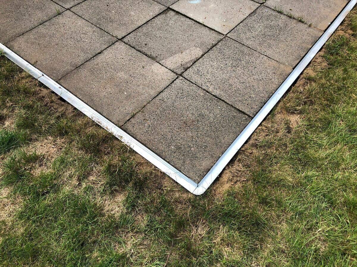 Die Rasenkante aus Metall fasst unsere Terrasse perfekt ein - Natürlich auch über Eck