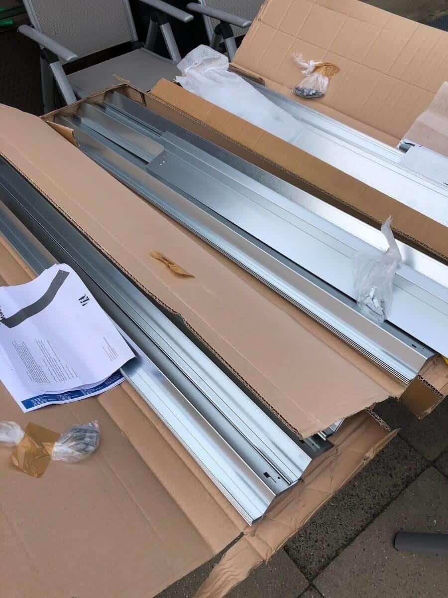 Die Rasenkante aus Metall kommt in praktischen kleinen Paketen von DHL