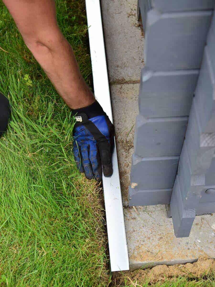 Die Rasenkante wird einfach in den Graben gesetzt - zur Not mit einem Gummihammer nachhelfen