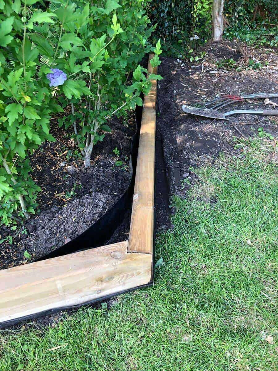 Für unser Beet haben wir einfach Gartenschwellen als Einfassung genommen