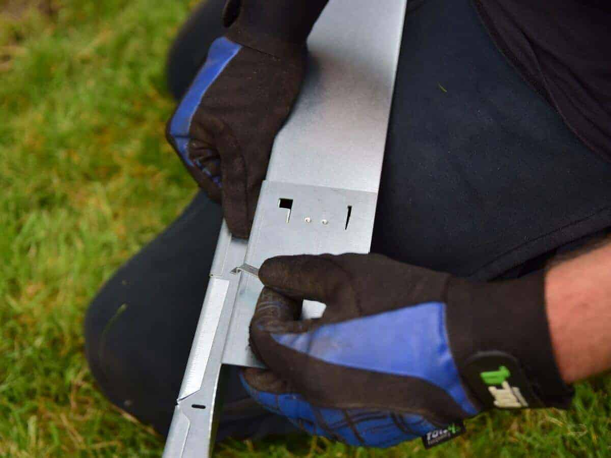 Mit einer Klammer werden die einzelnen Elemente der Rasenkanten miteinander verbunden