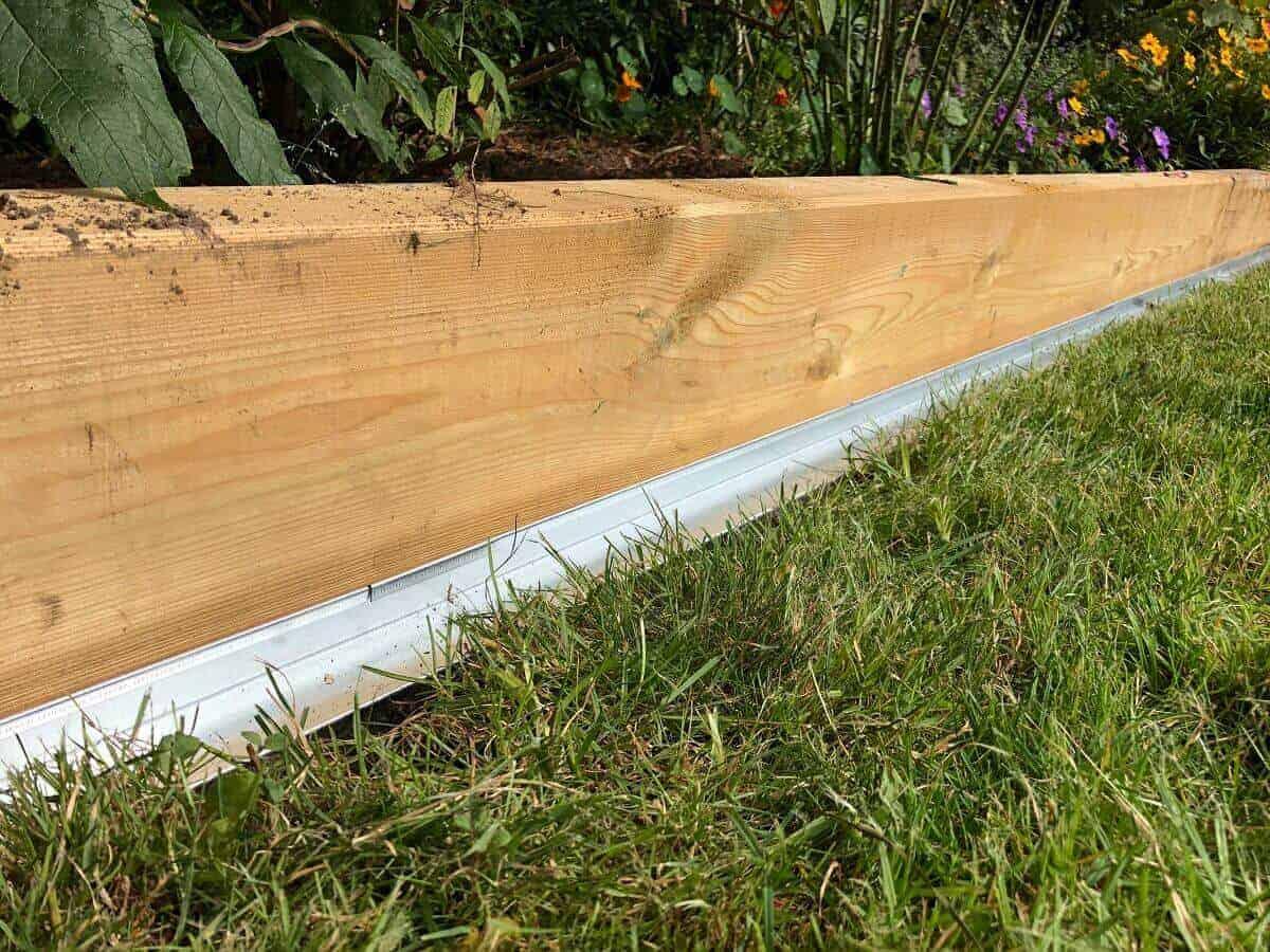 Wir haben an unserer Beeteinfassung aus Holz eine Rasenkante aus Metall mit Radlauf verlegt, damit der Mähroboter hier ein gutes Mähergebnis liefern kann