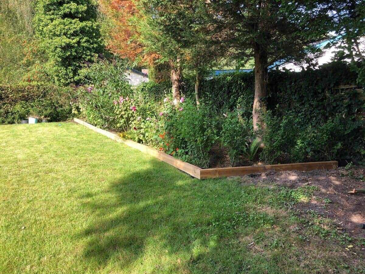 Wurzelsperre ade dank Beeteinfassung aus Holz - Wir lieben unsere DIY Lösung aus Gartenschwellen