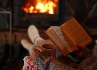 Eine heiße Tasse Tee und ein schönes Buch am Kamin - Was wünscht man sich mehr