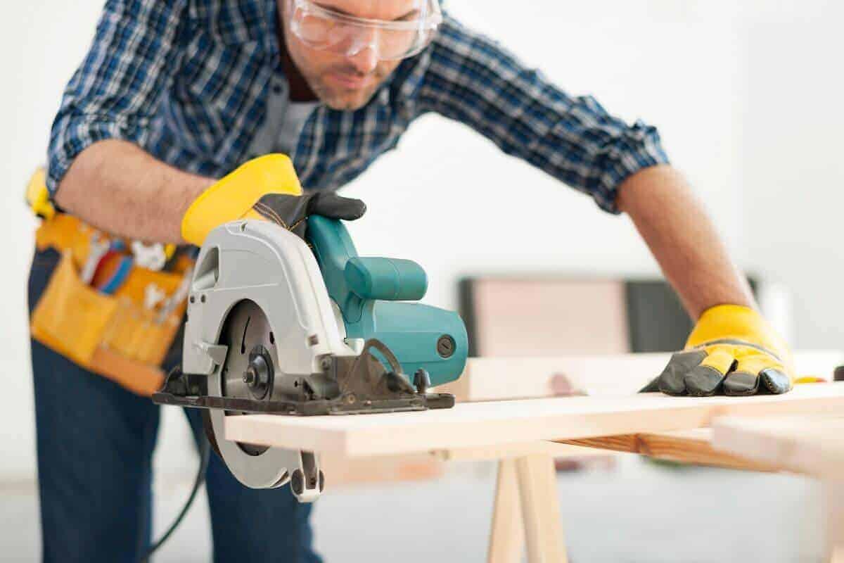 Wer über das notwendige handwerkliche Geschick verfügt, kann eine Garage aus Holz auch in Eigenregie bauen