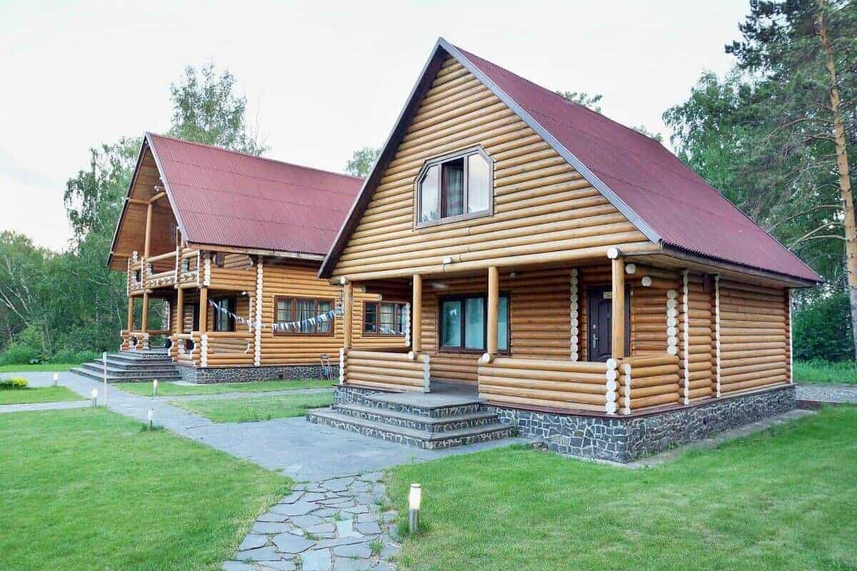 Baumstämme als Holzfassade geben dem Haus das ganz gewisse Extra im Aussehen