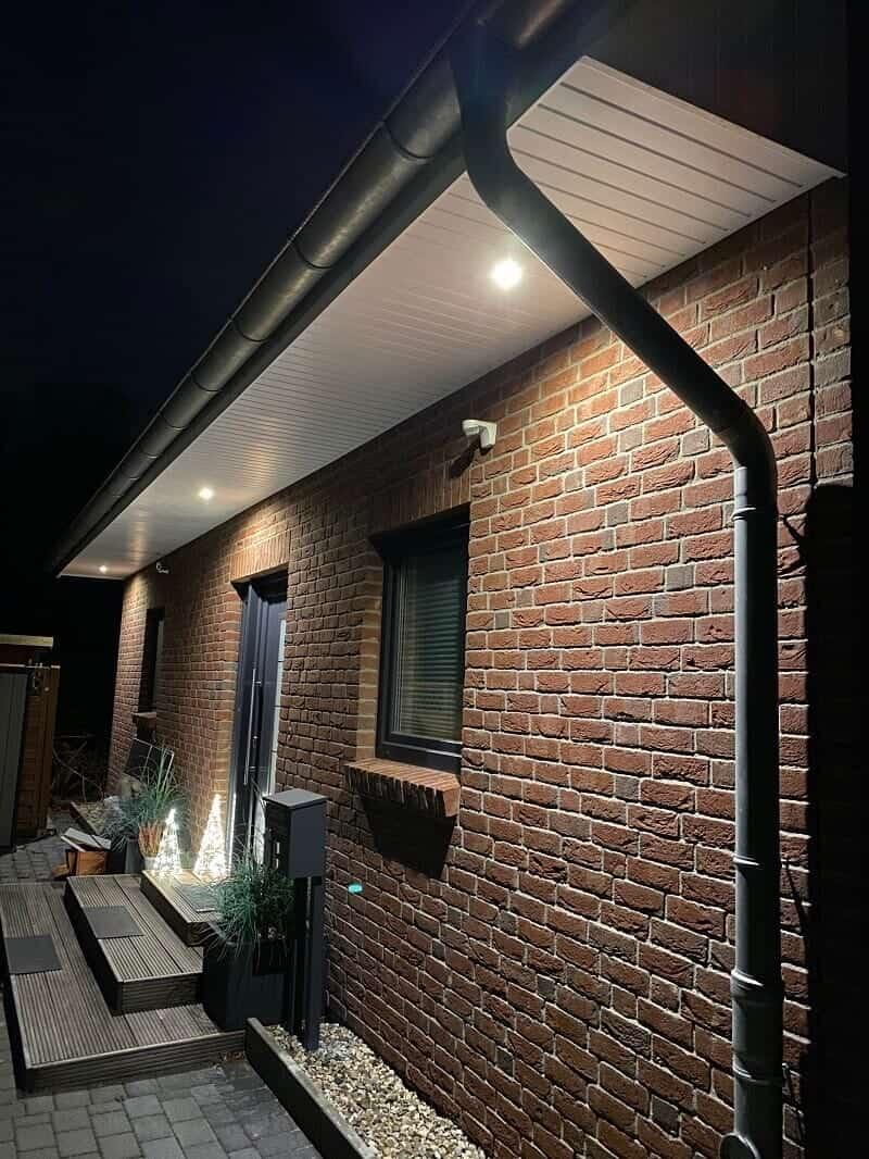 LED Spots in dem Dachüberstand aus Kunststoff - Dank Bewegungsmelder immer hell, wenn wir nach draußen gehen