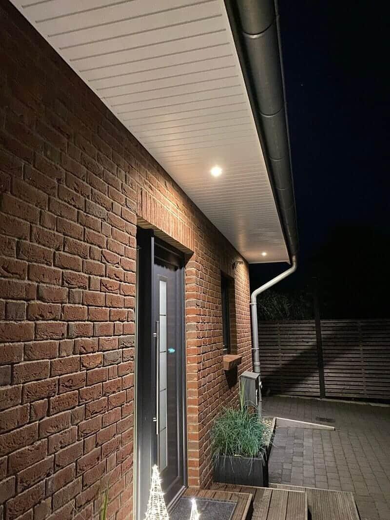 Wir haben im Eingangsbereich einen Bewegungsmelder mit LED Spots im Dachüberstand