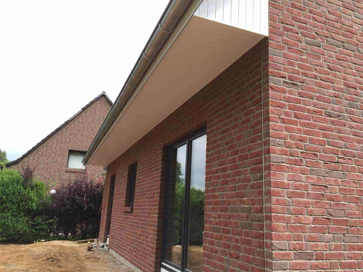 Wohnzimmer und Arbeitszimmer haben bodentiefe Fenster, aus denen man in den Garten gehen kann