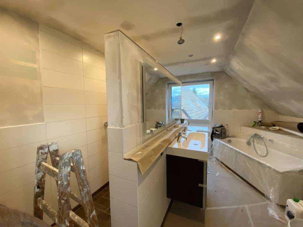 das badezimmer ist frisch verspachtelt und trocknet nun über nacht