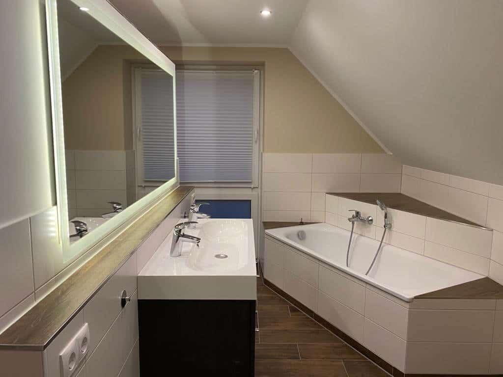 im badezimmer wurden alle wände und die decke neu verspachtelt und geschliffen