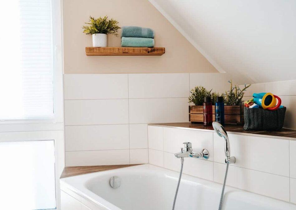 schweberegale und etwas deko wir verschönern unser badezimmer und machen es mit wenigen handgriffen wohnlicher
