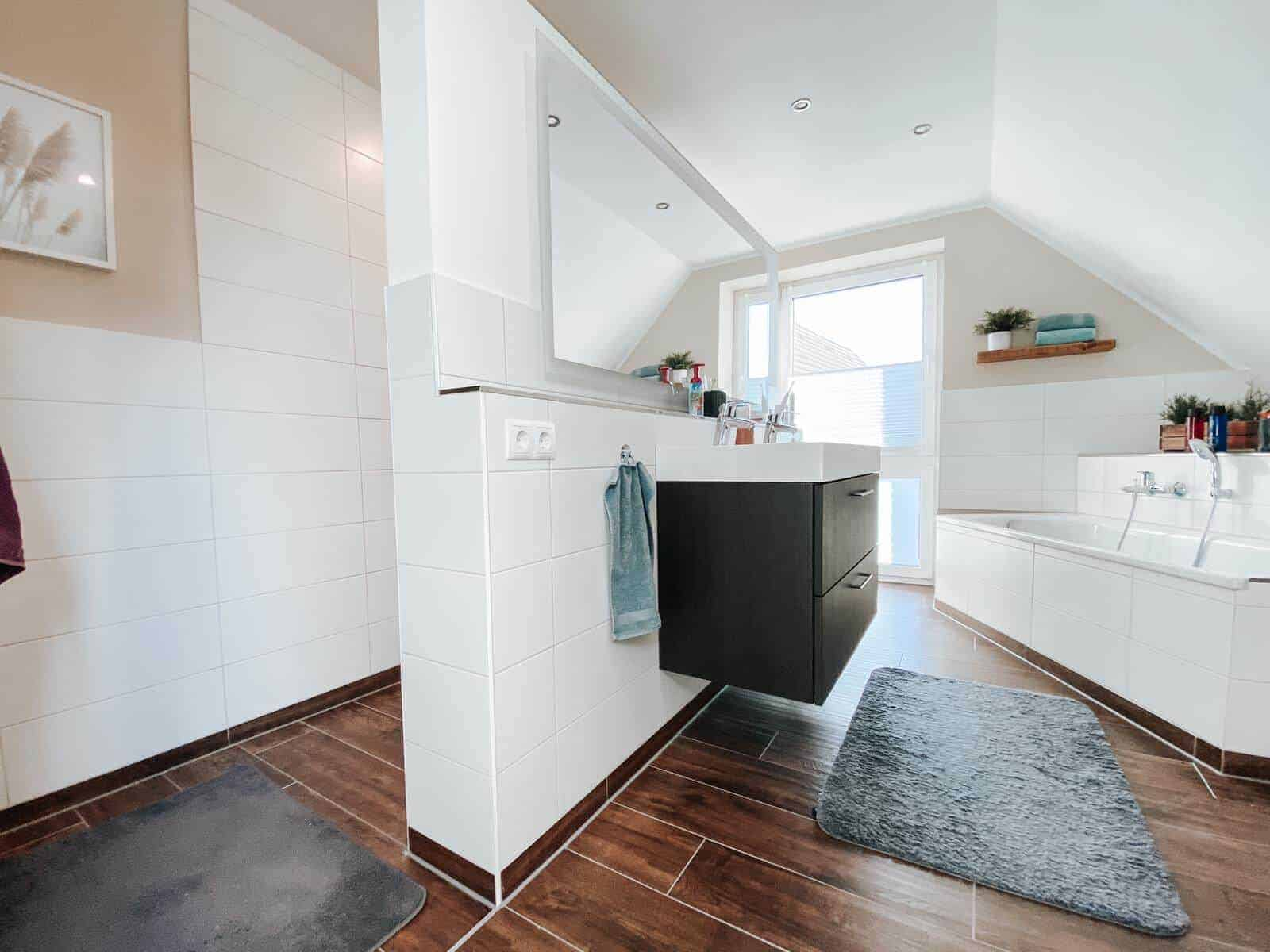 Unser neues Badezimmer - Frisch gestrichen und mit neuen Schweberegalen an der Wand