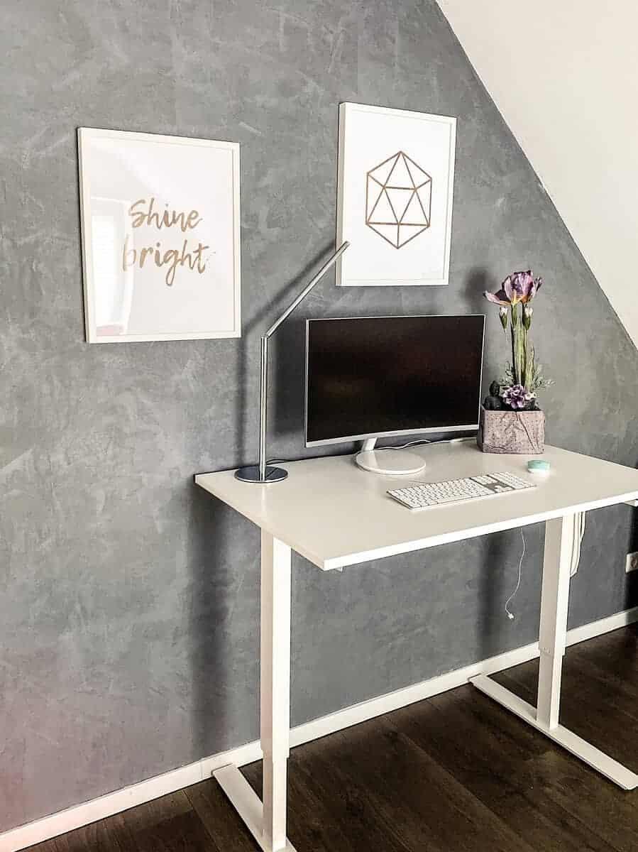 Der Arbeitsbereich mit schönen Bildern und dem IKEA Schreibtisch ist toll geworden, die Wand in Betonoptik passt perfekt