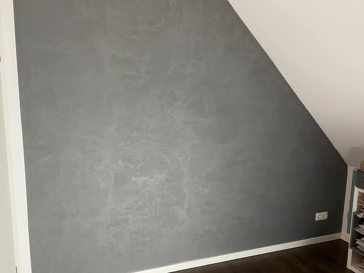 Die Wandfarbe in Betonoptik ist getrocknen, nun kann eingerichtet werden