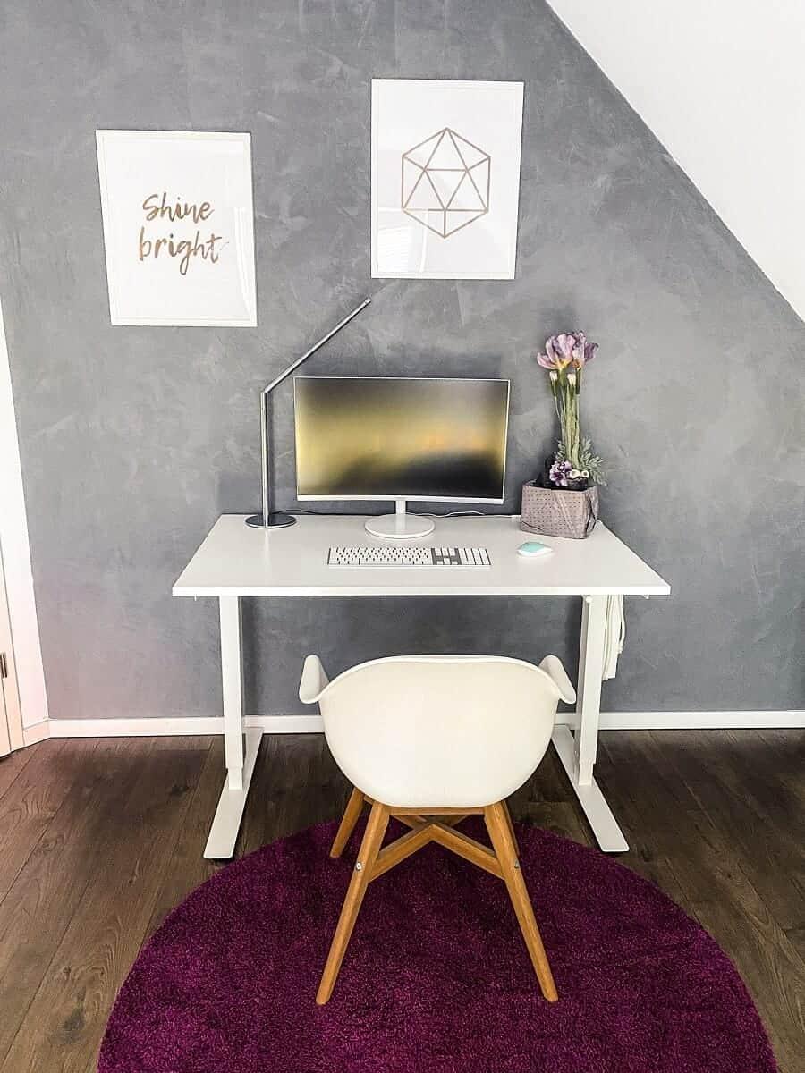 Mein Schreibtisch und Stuhl passen perfekt zur Betonfarbe an der Wand, hier macht arbeiten einfach Spaß