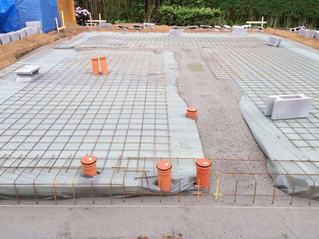 der betonmischer ist fleißig und die bodenplatte nimmt ganz langsam form an