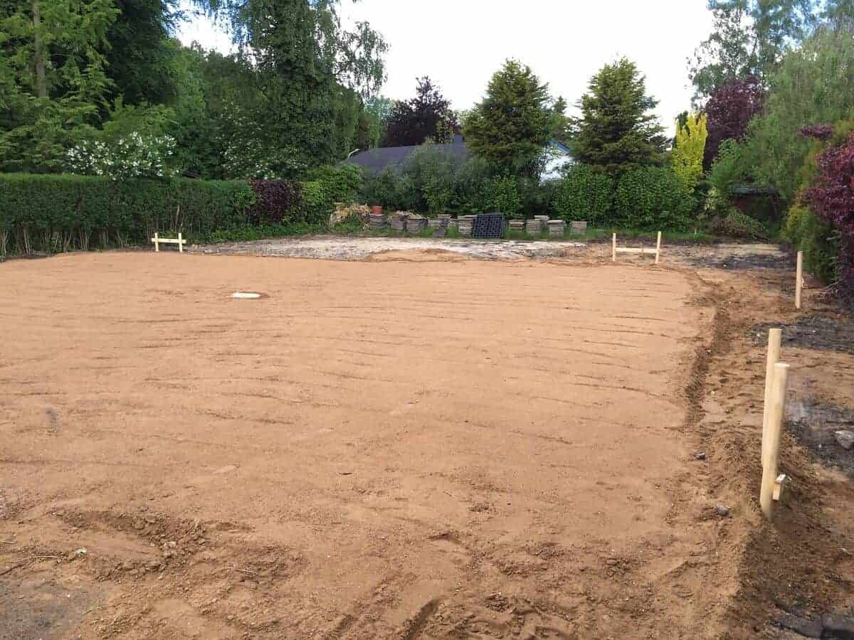 Die Erdarbeiten sind abgeschlossen, es kann mit der Bodenplatte begonnen werden