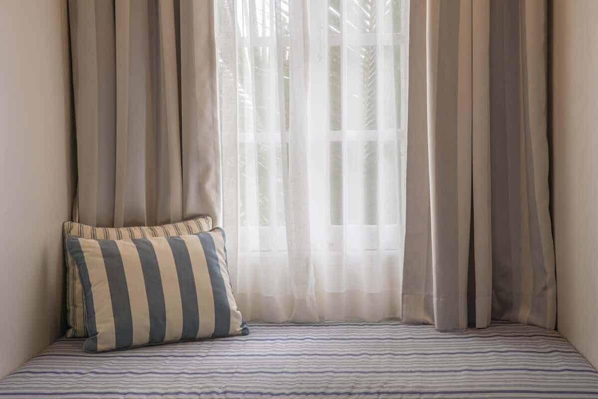 ein dichter vorhang ist die einfachste art um sich vor sonne zu schützen
