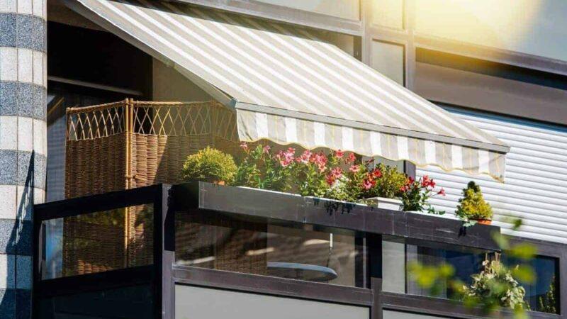 Markisen und andere äußerlich anbringbaren Systeme können beim Hausbau bereits ein Bestandteil des architektonischen Konzepts sein. Sie bieten zuverlässigen Wärmeschutz, leiten das Licht aber dennoch teilweise nach innen