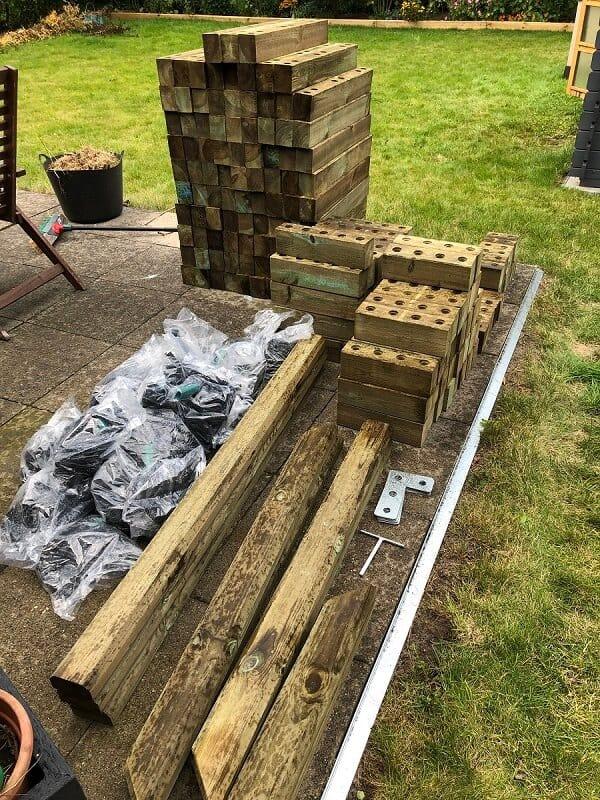 die einzelteile von unserem hochbeet haben wir zunächst auf der terrasse ausgepackt und auf vollständigkeit geprüft