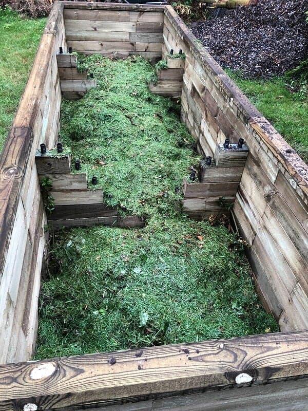 die mittlere schicht im hochbeet besteht aus kompost und rasenschnitt