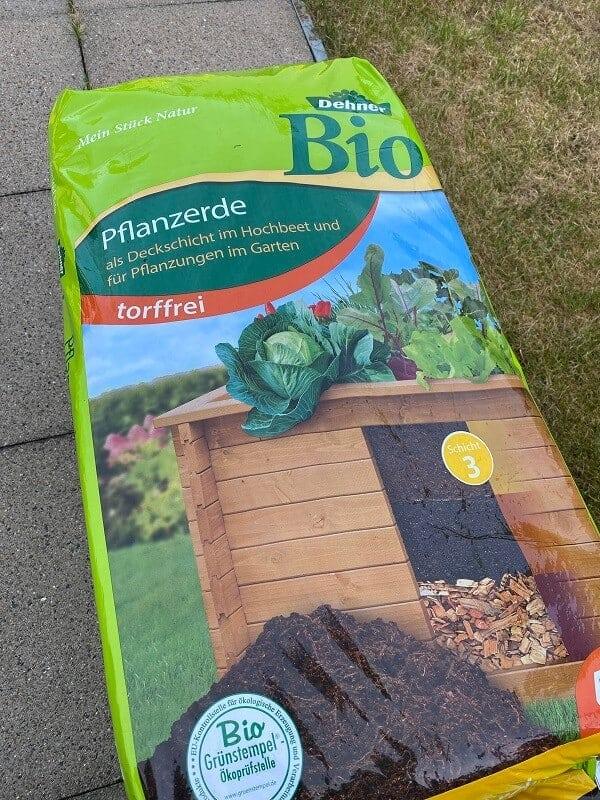 die oberste schicht des hochbeetes benötigt die richtige erde wir haben torffreie pflanzerde verwendet