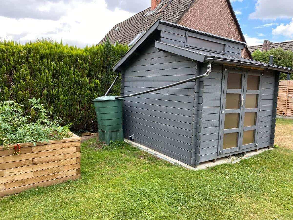 unser regensammler steht hinter der gartenhütte und ist damit nicht direkt von der terrasse sichtbar gut versteckt und dennoch perfekt um die pflanzen damit zu gießen